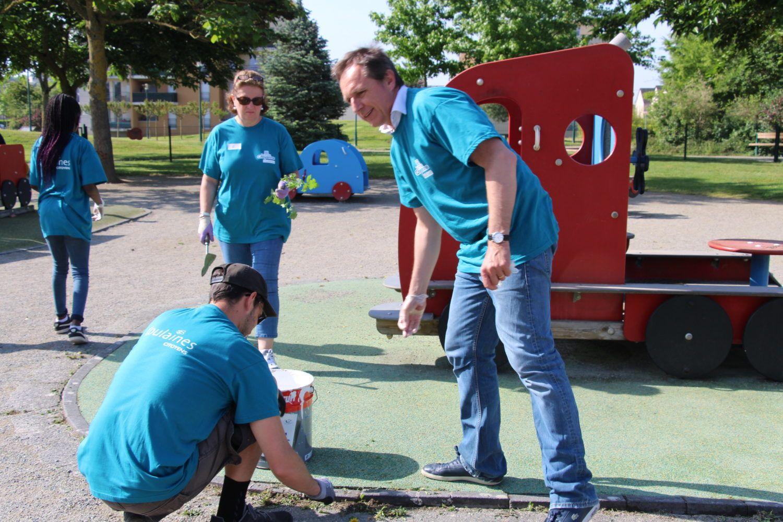 Nettoyage des jeux et désherbage au parc François Mitterrand lors de la première journée citoyenne de Coulaines le 26 mai 2018
