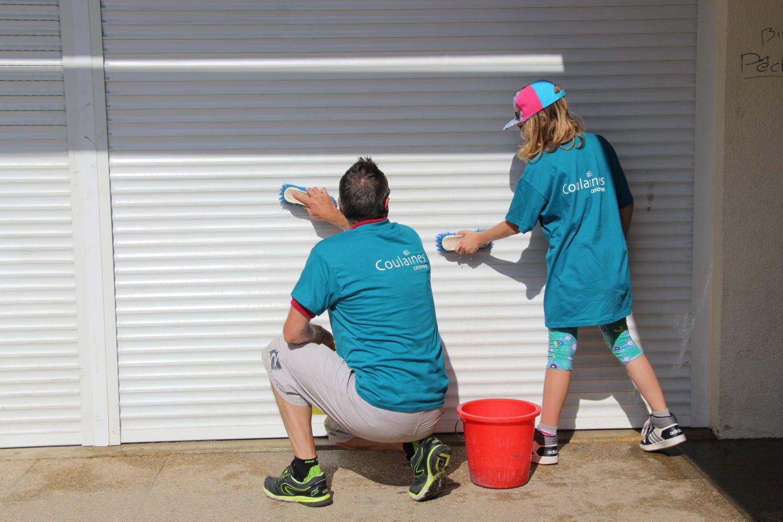 Nettoyage des rideaux de l'Espace jeunes par les bénévoles de la première journée citoyenne de Coulaines le 26 mai 2018