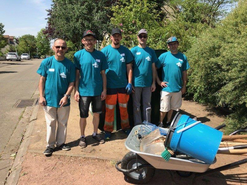 Nettoyage des rues et désherbage à la Closerie lors de la première journée citoyenne de la ville de Coulaines le 26 mai 2018